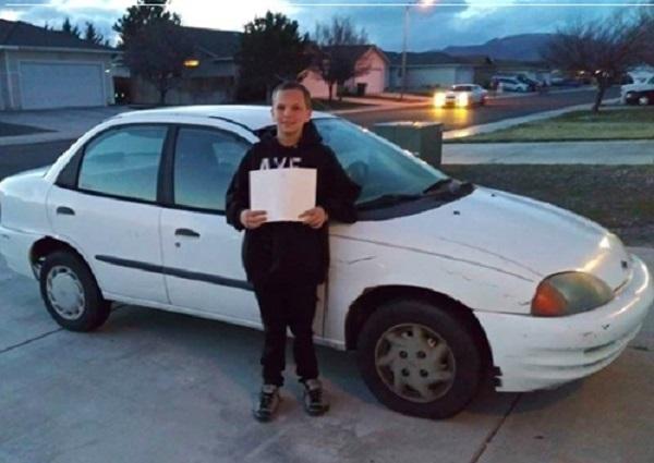 Chuyện cậu bé 13 tuổi khuyết tật, tự đi làm thêm để…mua ô tô tặng mẹ